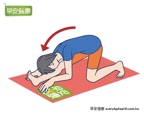 上半身向下彎曲幫助伸展膝蓋與身體後側。