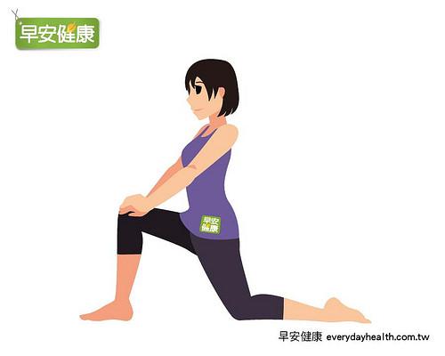 雙膝跪地後右腳往前踏,左腳膝蓋往後伸展,幫助促進循環