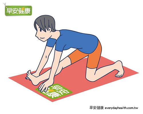 四肢著地後右腳向前跨步伸展膝蓋後側。