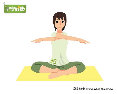 雙手在胸前交叉伸展。