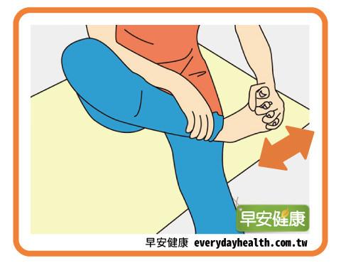 手指握腳掌改善腳趾翹起預防腰痛