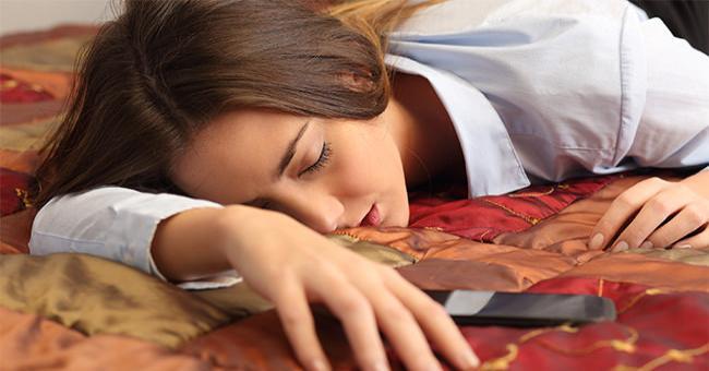 睡前玩手機會睡不好?研究:受白天光線照射影響