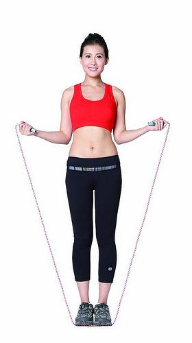 雙腳站立,將跳繩中線踩在腳底前端,雙手握住手把,手臂自然垂放,保持繩子拉直。