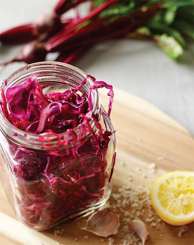 性發酵蔬菜,就是室溫發酵後產生健康益菌的生菜絲(高麗菜、胡蘿蔔、甜菜根、洋蔥等)