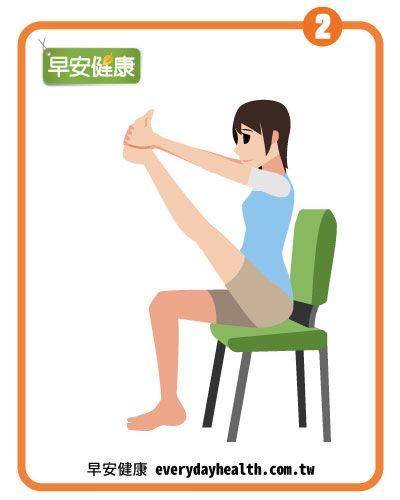 坐在椅子上腳伸直消除水腫腰痛