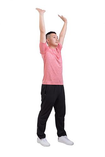雙手向上舉高在頭頂上方。