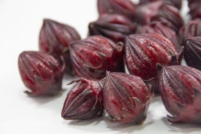 洛神花茶是用洛神花所製作的,也被稱為玫瑰茄(roselle)、酸模(sorrel)、牙買加茶(jamaica)或酸茶