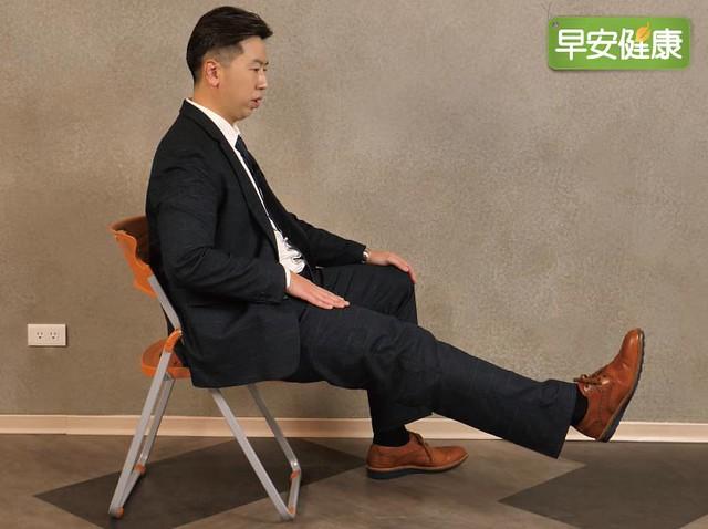 端坐,將一隻腿抬起,維持整條腿伸直,可訓練大腿前側股四頭肌的力量。停住30 秒,保持不動,勿憋氣。