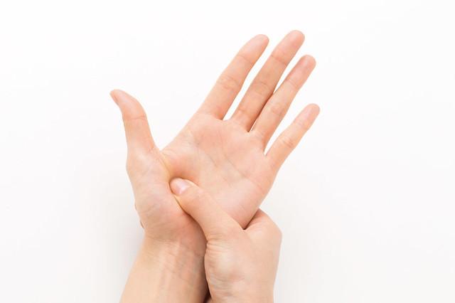 用力按摩整個位於手掌側下半部的小腸反射區。