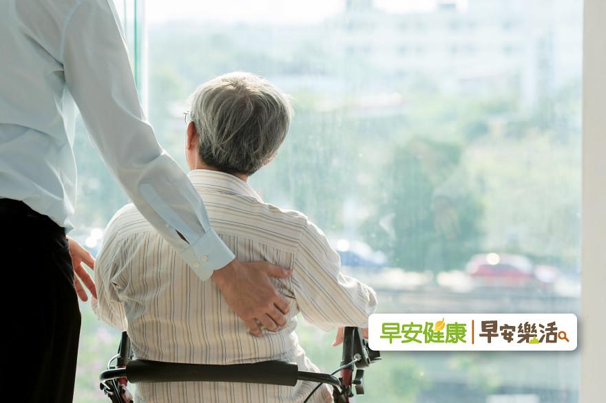 爸爸的願望,是不要苟延殘喘地活:父母給的臨終大禮,減輕家人的痛苦難受