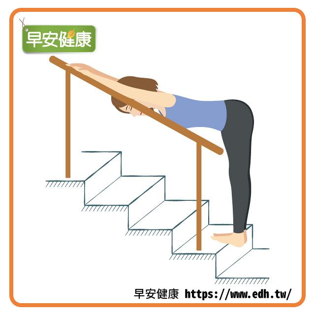 雙手扶樓梯欄杆伸展背部雙腿