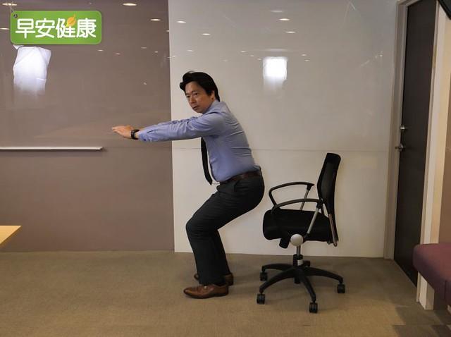 深蹲鍛鍊髖膝關節,椅子輔助避免受傷
