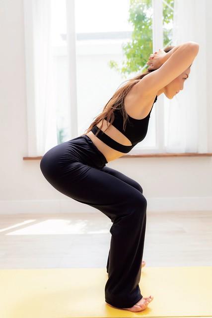 ,同時將腰部往下移動,使臀部用力往後拉。重心會因此落在「腳跟」,只會精準鍛鍊到臀部。