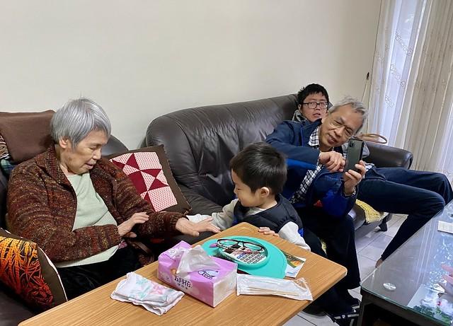 曾孫在,阿嬤總是眉開眼笑,眼光隨著他/她們轉